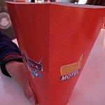 赤いコーンをイメージしたポップコーン・カップ。