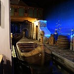 旧アトラクションのボートをほぼそのまま使用。でもお城にあった花柄が描かれています。