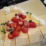 こちらのケーキ。最後の方は上のイチゴがとられまくってました。笑