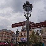 こういった標札や街灯は実際のパリでも見かけますよね。
