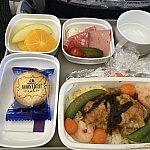 行きの機内食。メインは白身魚のあんかけ的なものでした。デザートは森永のムーンライト!