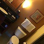 洗面台その2とトイレ。その右側にシャワールームがあります。
