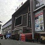 龍陽路駅。この真裏にマックやファミマがある通りがあります