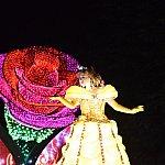ベルはドレスのすそ部分が伸びて、とても高いフロートになっています