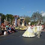 豪華なドレスを着たダンサーさんが歩いてきたら,パレードの始まりです。