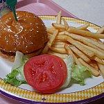 こちらはミールクーポンで購入。チーズバーガーです!ポテトが一番おいしかった(笑)