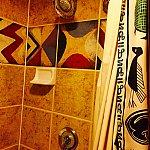 アフリカテイストのタイルとシャワーカーテン。シャワーカーテンに隠れミッキーが。