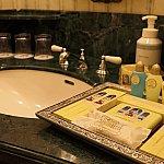 洗面台のコップは一見ガラス製だけどプラスチック製なところがちびっ子連れにはありがたい心遣い