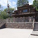 カリフォルニアのディズニーランドはファンタズミック!の舞台がトムソーヤ島なんです。ステージが広かったです。