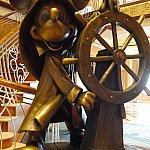 マジック号のロビーには、ミッキーの銅像が立っています。