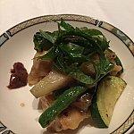テーブルにきてから個々に取り分けてくれます。野菜(ゴーヤ、ズッキーニ、ナス、ミョウガ、しそ)が豊富に入っていて梅のソースをつけて食べると箸が進みます。イベリコ豚が柔らかくて美味しいかったです。