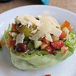 このサラダは辛くてイマイチ。
