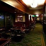 レストラン内の様子。対岸のディズニースプリングスの雰囲気と対照的に、落ち着いた大人雰囲気。