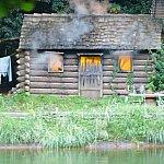 河の向こう側、小屋が燃えています。開拓者たちの夢も灰になってしまいました。