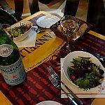 前菜のサラダとサンペレグリノでいただきます!
