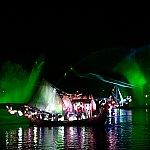 噴水、レーザー光線、光によるパフォーマンス