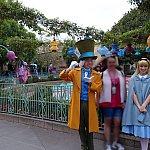 マッド・ティーパーティーの前でアリス&マッド・ハッターのWグリ!5月でも曇りの日は肌寒く、アリスが冬服を着てました。