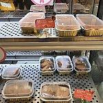 お惣菜は保温された状態で陳列されてます!パスタと唐揚げ各28元