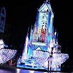 【参考】アナハイムで公演されていたペイント・ザ・ナイトのアナ雪フロートはこちら。氷の城のテラスに2人がいるデザインです。