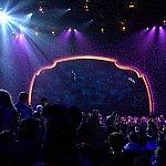 ステージ全体。ブルー系で統一された照明。