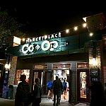 ショップはディズニースプリングスのマーケットプレイスにある、CO–OPと言う建物の中にあります。