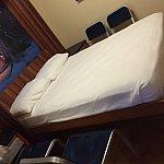 壁の部分を降ろすと、ベッドになります。椅子が椅子なので病院の面会のようでしたがw