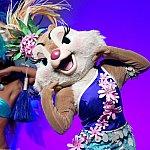 タヒチからはクラリス。アパリマといって手話のようなゆったりしたダンスです。