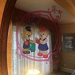 鏡にはこんなビニール製の飾りが