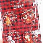 クリスマスの時期には缶バッチと紙でできたイルミネーションがキラキラ見えるメガネがもらえました。