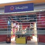 香港エクスプレスのチェックインカウンターがあるターミナル2にはHKDLのショップが2店舗あります。