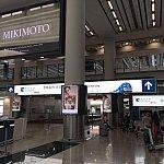 左手にエアポートエクスプレス、MTRのチケット売り場があります。すでにオクトパスカードを購入してあるので、そのまま真っすぐ進みます。