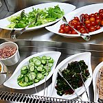 クリパレのサラダコーナー。大好きな枝豆がなくなってしまってぷんぷんの友人をよそに低糖質メニューを念入りにチェック。コーンとトマトは糖質高いので注意!