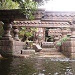 こちらの神殿。怪しさ満点