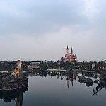 水面に映るキャッスルや海賊船が美しい。もう少し暗くなると更に絶景に!