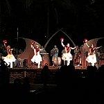 男達によるウリウリ(赤い羽の付いたマラカスみたいな楽器)を使ったフラ!珍しい!