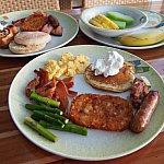 ブッフェでの朝食。私の愛したミッキーワッフルは左上