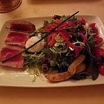 Tuna Nicose Saladです。上にポーチドエッグが乗っています。