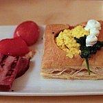 Eggs Florentine。スクランブルエッグの上にバラのマヨネーズ!