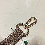 ナスカンに紐を通して縫います。