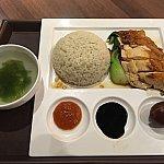 シンガポール、マレーシアなどの東南アジアで良く食べられているチキンライス。蒸し鶏とその鶏から取った油で調理したご飯が添えられています。写真は実際の料理。
