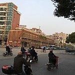 ホテル遠景。朝は電動バイクがたくさん走っているので、横断歩道を渡る際は注意しましょう(バイクは赤でも走ってきます…)