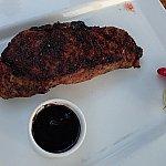 友人が頼んだ、12オンスのニューヨークストリップ(牛肉)。注文時にちゃんと焼き加減を聞いてくれます。ソースも選べます