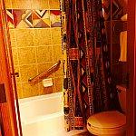 トイレとシャワー。まあそれ程広くもない、普通のバスルームです。これでデラックスリゾートか、とちょっと不満。バスタブもカエルのように平たくならないと全身お湯に浸かれない、浅いものです。