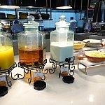 【朝食】オレンジジュース、アップルジュース、牛乳、シリアルなど