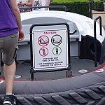 注意書!乗り物に乗るときは絶対にタイヤ部分を踏んではいけません!タイヤがパンクしちゃうよ~