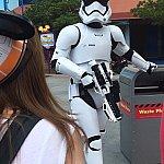 BB-8を捨てろとわざわざ蓋まで開けるトルーパー!笑