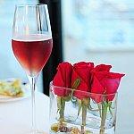 各テーブルにはバラの生花を使った装飾が。