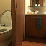 トイレと洗面台。クシや歯ブラシ、カミソリ、ボディタオルがあります。大浴場にはボディタオルがないので、それだけはもって行ったほうが良いかも。