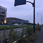 舞浜ユーラシア道路に出て左折→まっすぐ歩いて一番最初の信号を渡って左へ。立体駐車場を左手にしてまっすぐ歩く