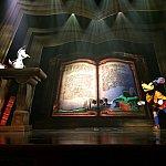 このショーの出演者の中で唯一、グーフィーだけは本の中に入りません。